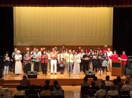 6組の出演者が一同に歌っています。